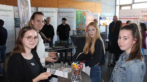 Mehr Praktika im Realschulplan kommen gut an Schule trifft Zukunft Schule Praktikum Messe CDRS Carl Dittler Realschule Berufsorientierung Berufsmesse Beruf Aussteller